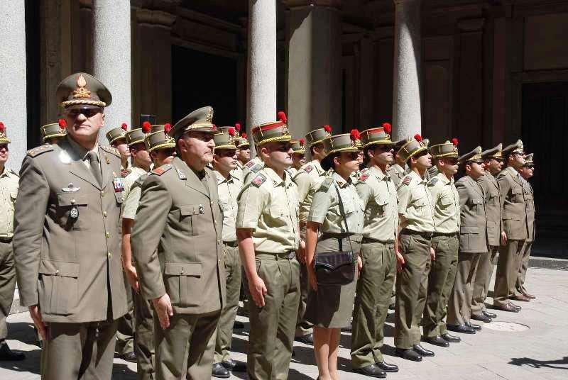 Gli uomini del reggimento Artiglieria a cavallo presenziano alla cerimonia