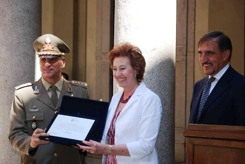 Il Sindaco di Milano, Letizia Moratti, consegna il riconoscimento al Colonnello Vincenzo Stella Comandante del Reggimento Artiglieria a Cavallo