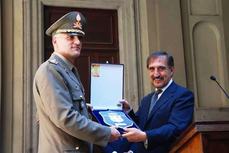 Il Ministro della Difesa, On. Ignazio La Russa, consegna il crest del Ministero al Colonnello Vincenzo Stella Comandante del Reggimento Artiglieria a Cavallo