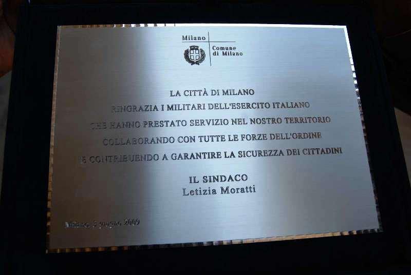 La targa ricordo che esprime il ringraziamento della città di Milano