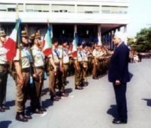Lo Stendardo delle Batterie a Cavallo rende gli onori a Sergio Mattarella, allora Ministro della Difesa (2000)