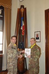 Il Colonello Luca Franchini Consegna l'attestato di merito